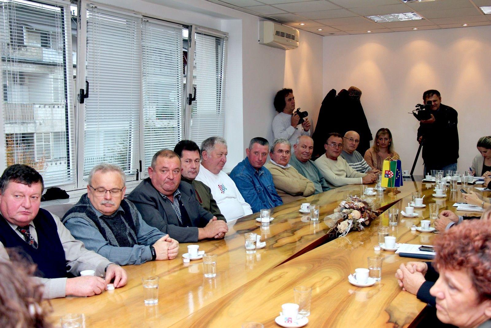 Predstavnici Crvenog križa BBŽ i jubilarni darivatelji krvi na prijemu kod župana Bajsa