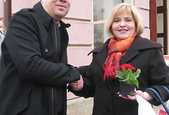 Damir Bajs, nezavisni kandidat za župana dijelio cvjetne lončiće ženama