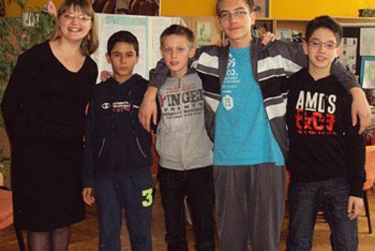 Školska ekipa šahista IV. osnovne škole osvojila drugo mjesto na županijskom natjecanju u šahu