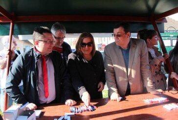 Damir Bajs, kandidat za župana družio se s građanima na Bjelovarskoj tržnici