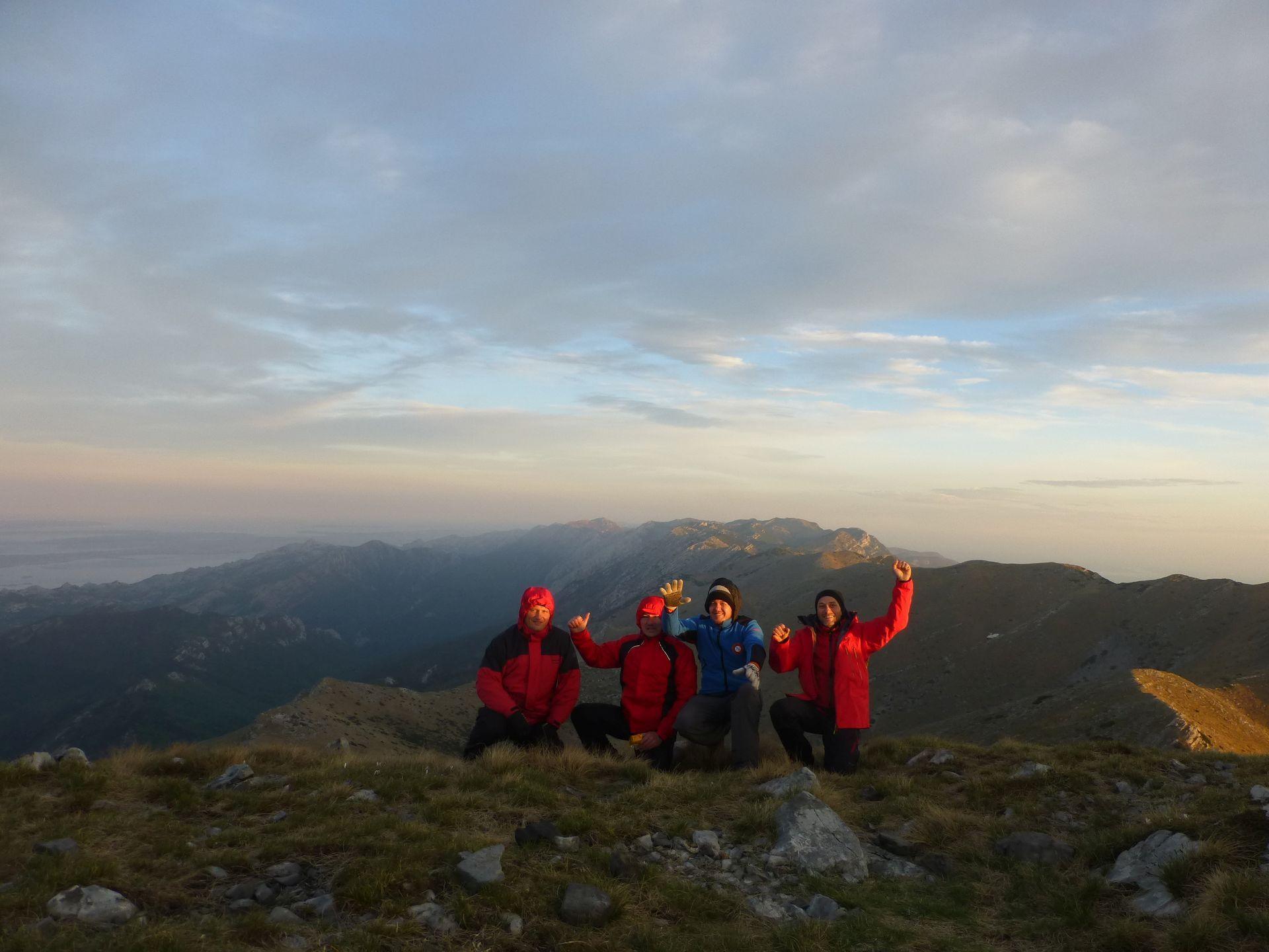 Ekipa koja je ispenjala Sveto brdo s panoramom grebena južnog Velebita iza leđa