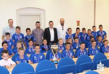 Gradonačelnik Hrebak primio mlade nogometaše NK Bjelovara i NK Mladost iz Ždralova koji su ostvarili izvrsne sportske uspjehe