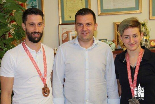 Bjelovarski gradonačelnik Dario Hrebak organizirao prijem za Saru Rajčević i Bojana Crnojevića, naše olimpijce s osvojenim medaljama