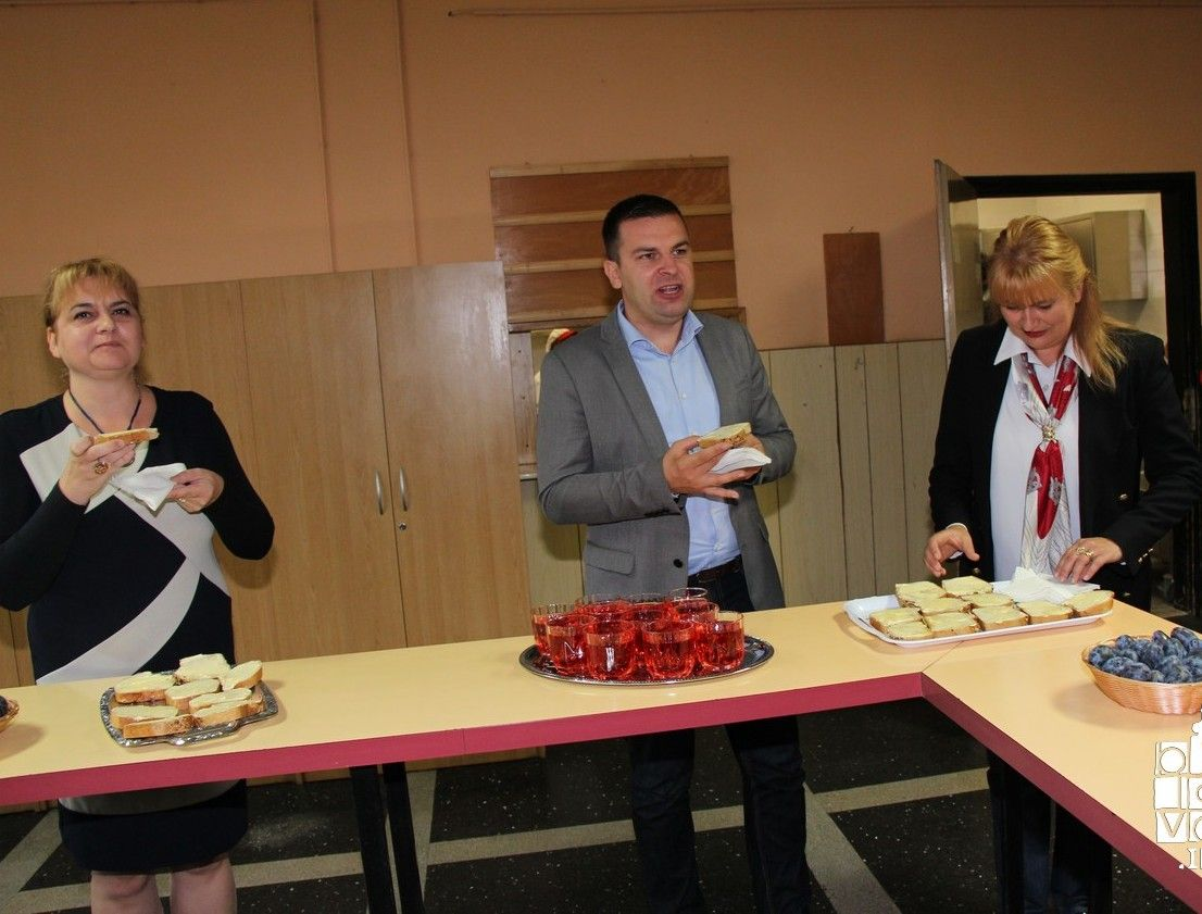 Gradonačelnik Dario Hrebak zajedno s učenicima Treće osnovne škole doručkovao Bjelovarski doručak i otvorio novoobnovljenu školsku kuhinju