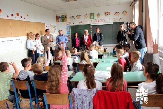 Prvog dana nove školske godine, župan Damir Bajs posjetio osnovnoškolce Područne škole Severin