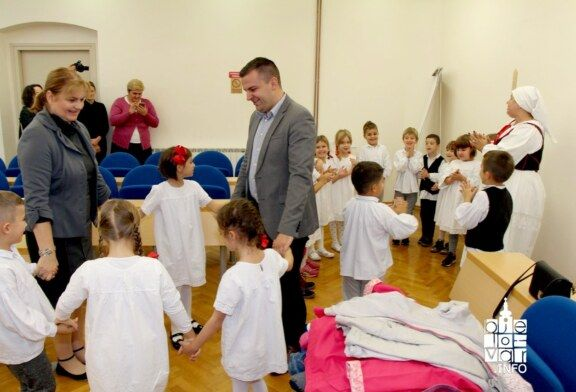Djeca iz Dječjih vrtića zajedno s gradonačelnikom Hrebakom pjevala i plesala povodom Dana grada Bjelovara