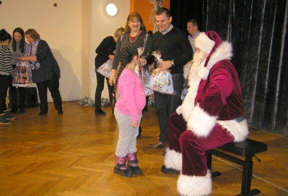 Grad Bjelovar podijelio 290 poklon paketa djeci socijalno ugroženih obitelji i djeci od Udruga invalida