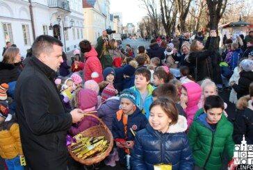 Predblagdansko druženje gradonačelnika i djece uz kićenje božićnog drvca