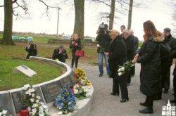 Predsjednica Kolinda Grabar Kitarović poklonila se žrtvama Barutane – cvijet za svakog poginulog branitelja