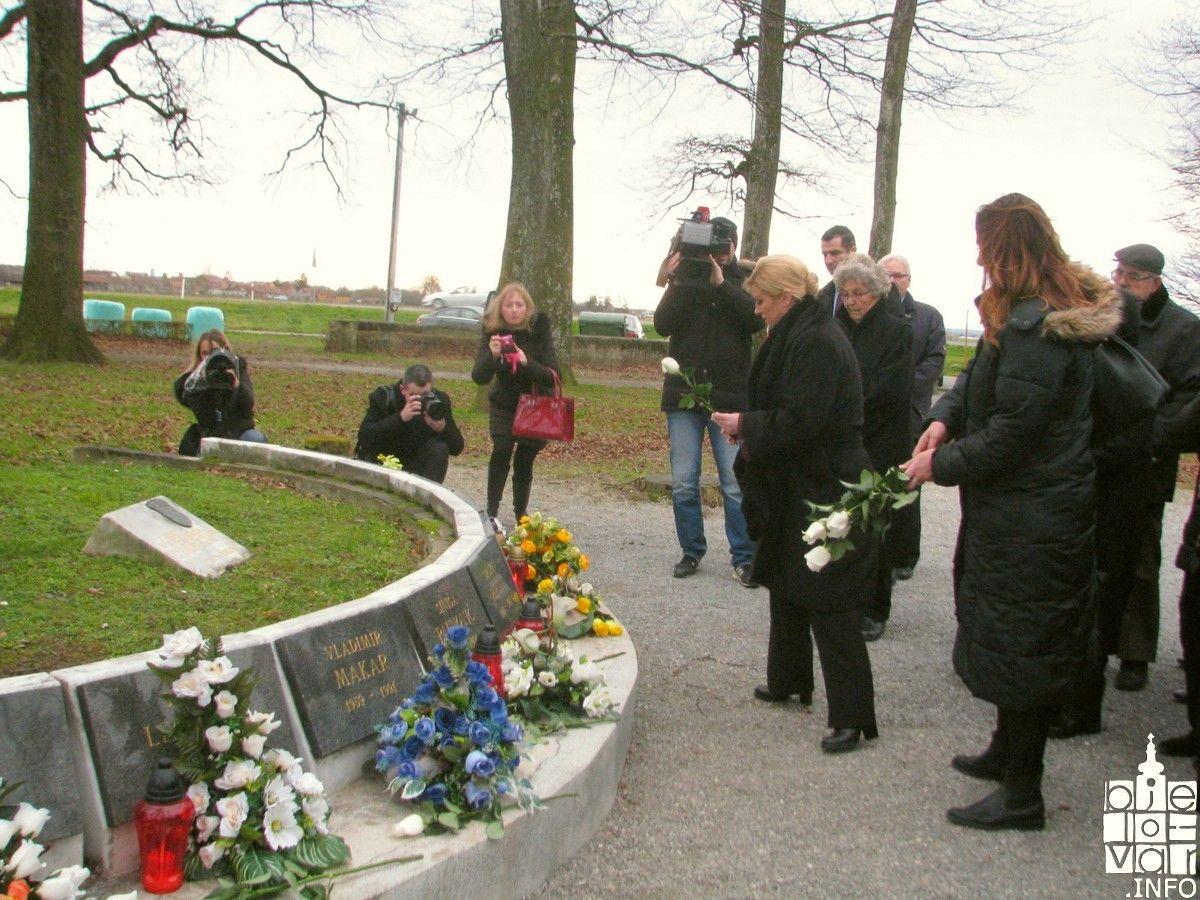Predsjednica Kolinda Grabar Kitarović poklonila se žrtvama Barutane - cvijet za svakog poginulog branitelja