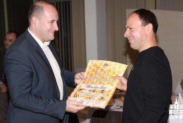 Nagradu šampiona za bagremov med dobio Miroslav Ahac iz Grbavca pored Grubišnog Polja
