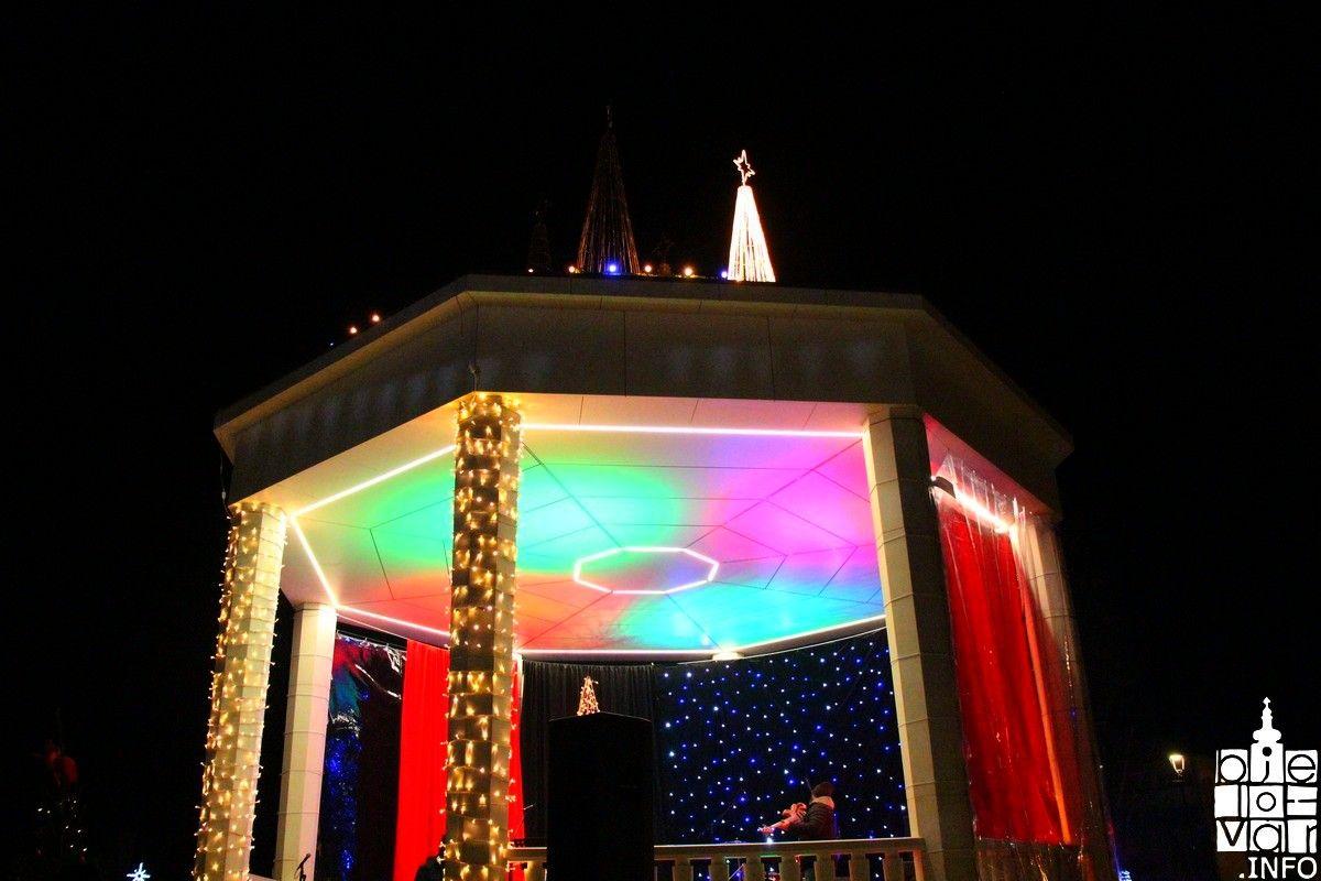 Paljenjem prve adventske svijeće i koncertom Ivane Husar počela manifestacija