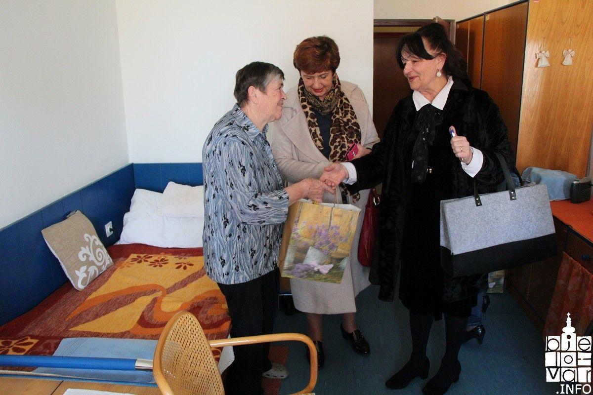Članice udruge Bedem ljubavi posjetile majke poginulih hrvatskih branitelja koje žive u domovima umirovljenika