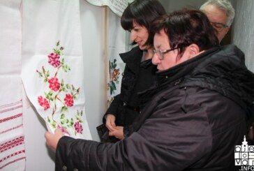 """U Bjelovaru otvorena izložba rukotvorina """"Tkani tragovi"""" u Srpskom kulturnom centru"""