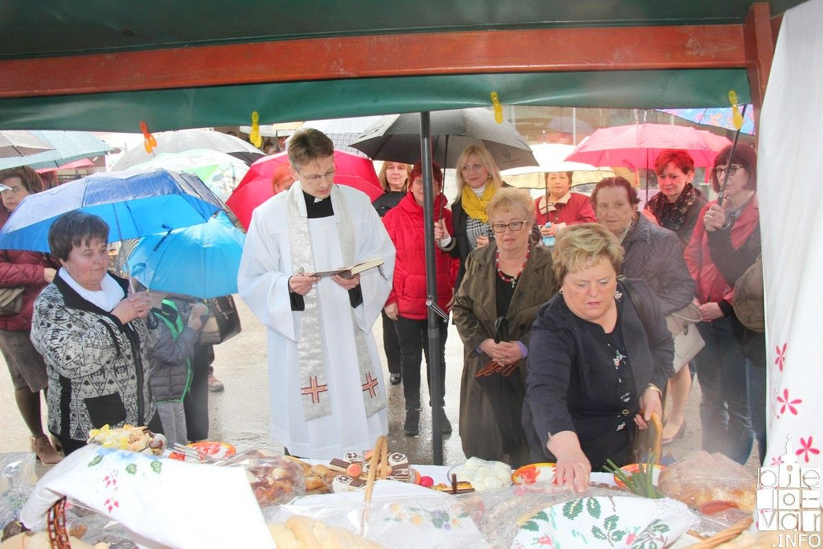 Članice udruge Srce Bilogora BBŽ  upriličile tradicionalno Uskrsno jutro bilogorskog kraja ispred bjelovarske Katedrale