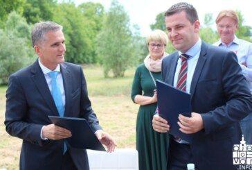 Potpisan ugovor o darivanju zemljišta na Logoru između ministra Marića i gradonačelnika Hrebaka koji je već najavio i početak gradnje stadiona na jesen