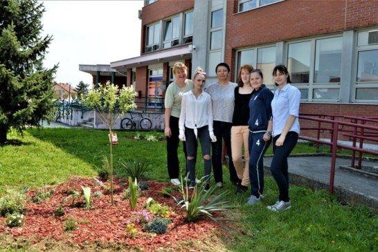 Školski volonteri uredili okoliš ispred Komercijalne i trgovačke škole Bjelovar