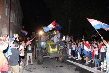 HRVATSKA JE U FINALU: Veliko slavlje na bjelovarskim ulicama s traktorima, autima……..