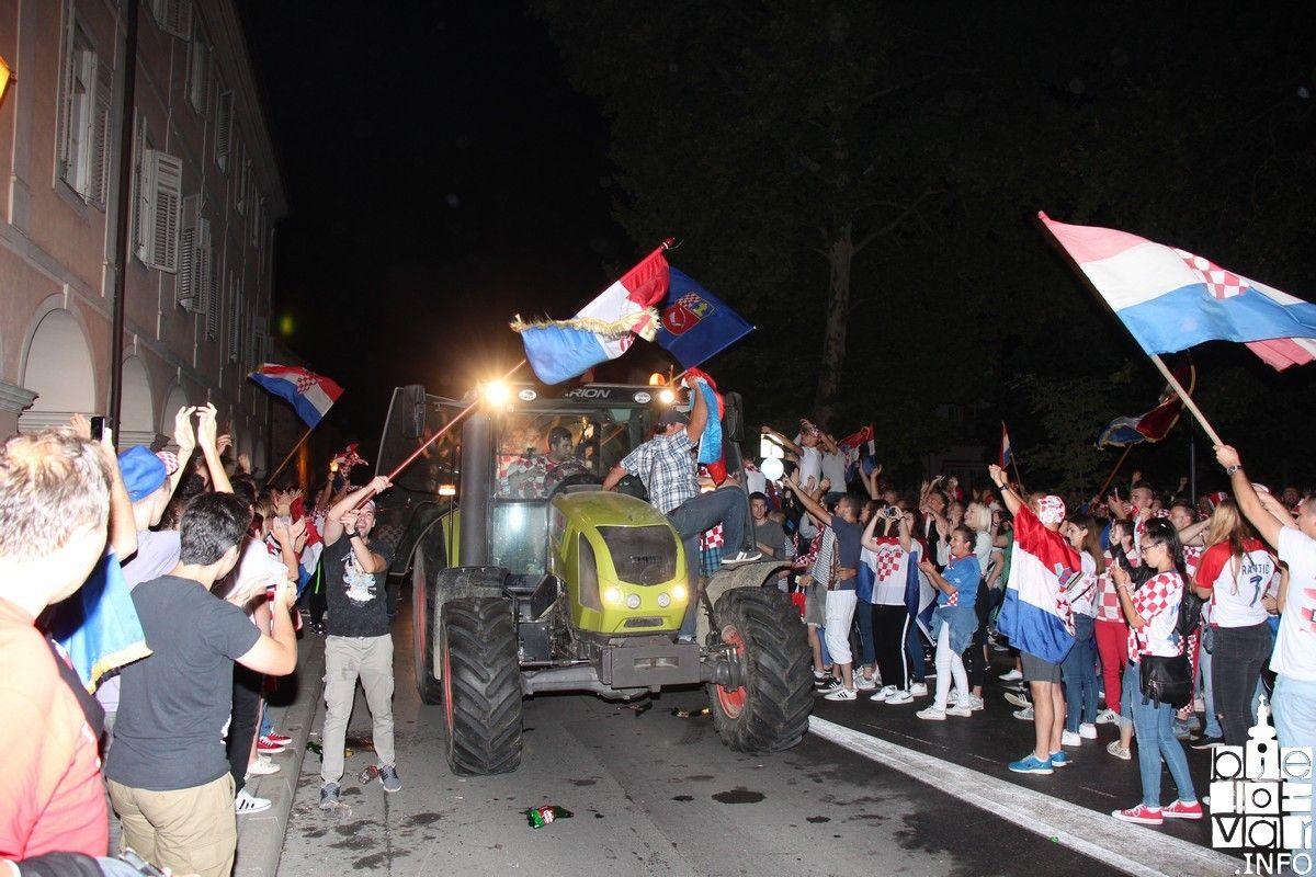 HRVATSKA JE U FINALU: Veliko slavlje na bjelovarskim ulicama s traktorima, autima........