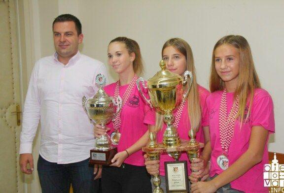 Grad Bjelovar: Nagrada za državne kadetske prvakinje u sportskom ribolovu Ernu Čizmaziju, Helenu Žugović i Barbaru Sever