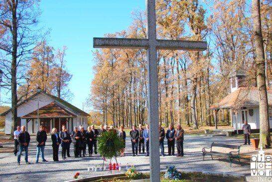 Položeni vijenci i zapaljene svijeće povodom blagdana Svih svetih i Dušnog dana