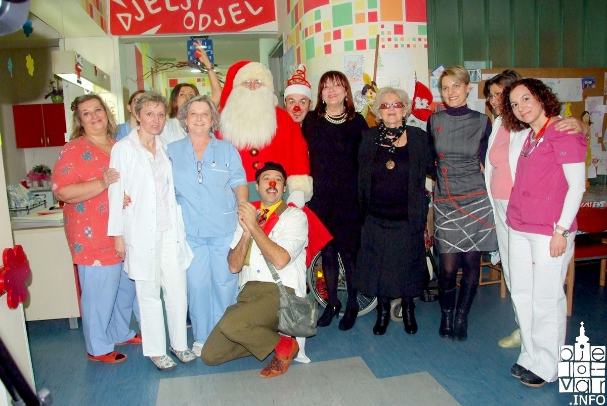 Članice Bedema ljubavi s ekipom CRVENIH NOSOVA i Djedom Božićnjakom na Dječjem odjelu bjelovarske bolnice