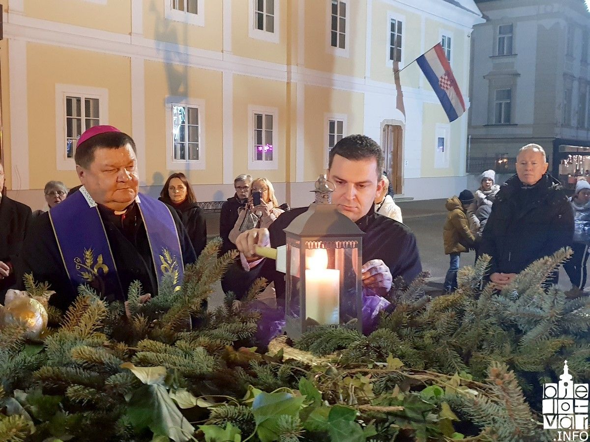 Upaljena četvrta adventska svijeća na adventskom vijencu ispred bjelovarske Katedrale