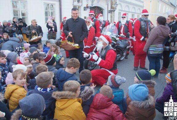 Predblagdansko druženje gradonačelnika, djece i moto mrazova uz kićenje božićnog drvca