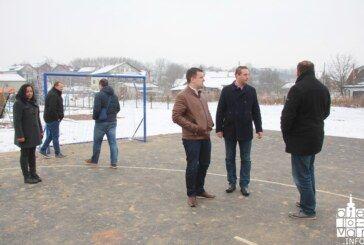 Gradonačelnik Hrebak obišao obnovljeno dječje igralište u Radničkom naselju te najavio izgradnju igrališta u mjestima koja godinama to iščekuju