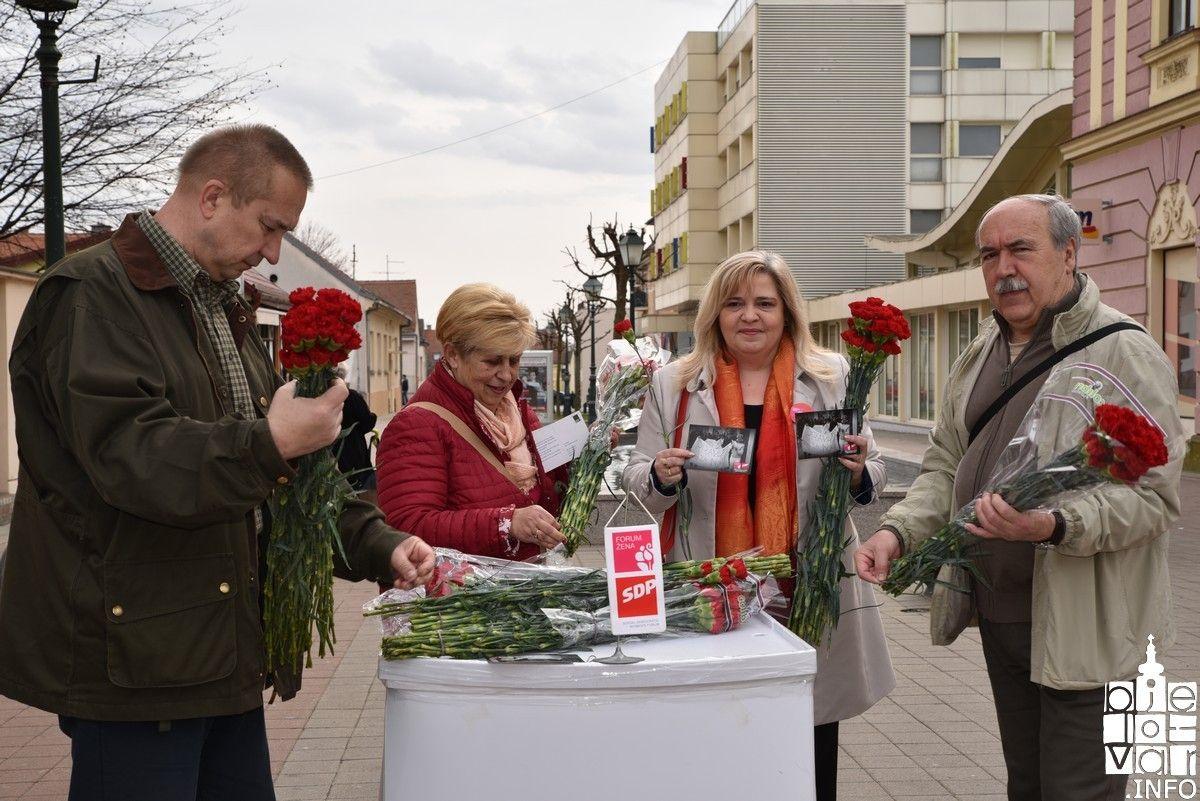 Povodom Dana žena SDP Bjelovar dijelio sugrađankama crvene karanfile