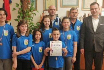Gradonačelnik Hrebak s malcima Kuglačkog kluba Bjelovar