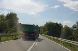 FOTO Nevjerojatan slučaj letenja trupca na prometnici Daruvar – Bjelovar