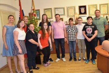 Gradonačelnik s učenicima Druge osnovne škole koji su osvojili prva mjesta na državnim natjecanjima
