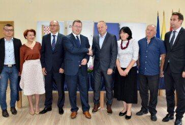 Ministar Pavić u Rovišću potpisao ugovor za projekt ZAŽELI: Bit će zaposleno 10 žena koje će pružati usluge za 40 starijih kućanstava