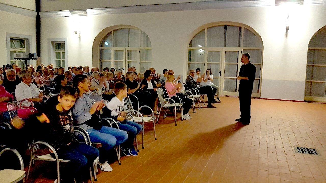 """Bjelovarsko kulturno ljeto: Publika uživala u izvedbi monodrame """"Ja, Preradović"""" autora Mladena Medaka Gage"""