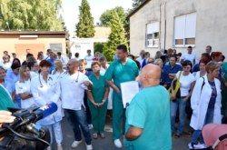 Mirni prosvjed u bjelovarskoj bolnici podijelio zdravstvene radnike: Jedni bježe, drugi šute, a treći nezadovoljni…