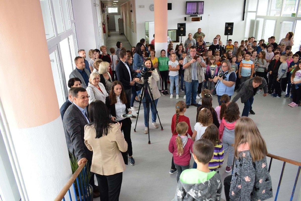 Nova školska godina i novoobnovljena škola dočekala grubišnopoljske školarce: Učenike posjetio župan Damir Bajs