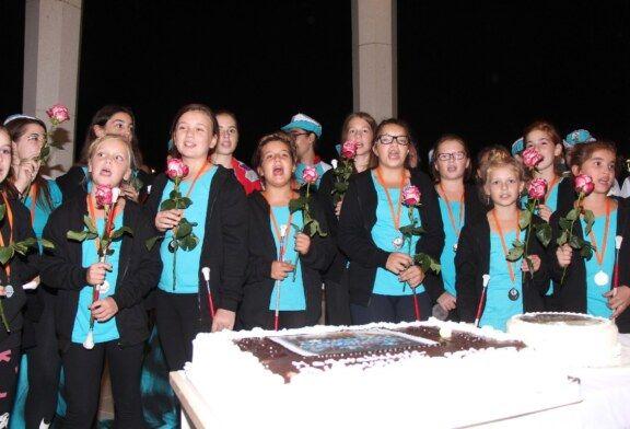 """(FOTO) Bjelovar dočekao svoje mažoretkinje s cvijećem i pjesmom """"Bjelovarske carice"""""""