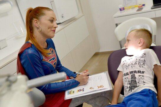 Kako ukloniti strah od zubara: Dovedite djecu kod zubarke – SUPERJUNAKINJE