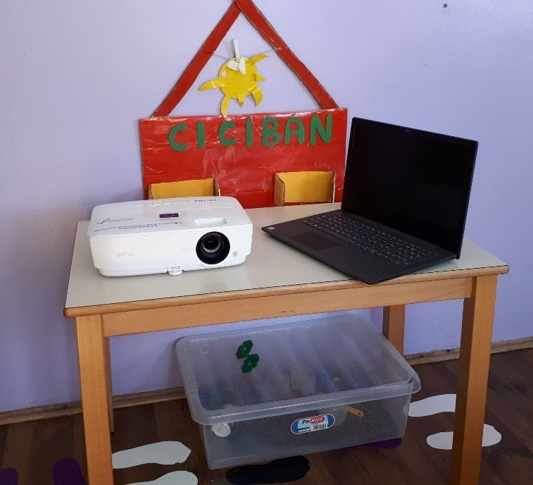 Prijenosno računalo i projektor