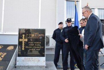 Ministar unutarnjih poslova Davor Božinović obišao obnovljene Policijske postaje Daruvar i Garešnica ispred koje je otkrio spomenik poginulim policajcima