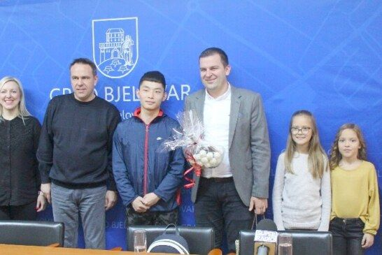 Stolnoteniski klub Bjelovar s kineskim trenerom Huang Yiping na prijemu kod gradonačelnika