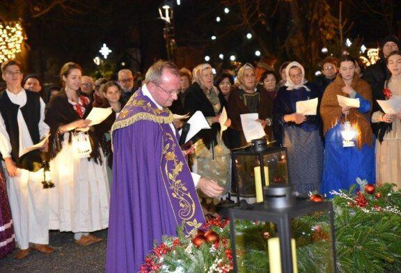(FOTO) Upaljena treća adventska svijeća ispred bjelovarske Katedrale