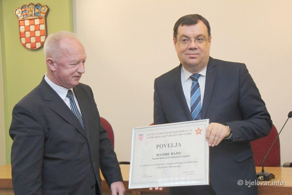 (FOTO) Izborna skupština antifašista BBŽ-a: Županu Damiru Bajsu uručena POVELJA Saveza antifašističkih boraca i antifašista RH