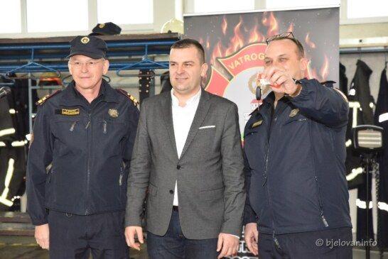 SVEČANO KOD VATROGASACA: Gradonačelnik uručio ključeve NOVOG VOZILA zapovjedniku Đalogu