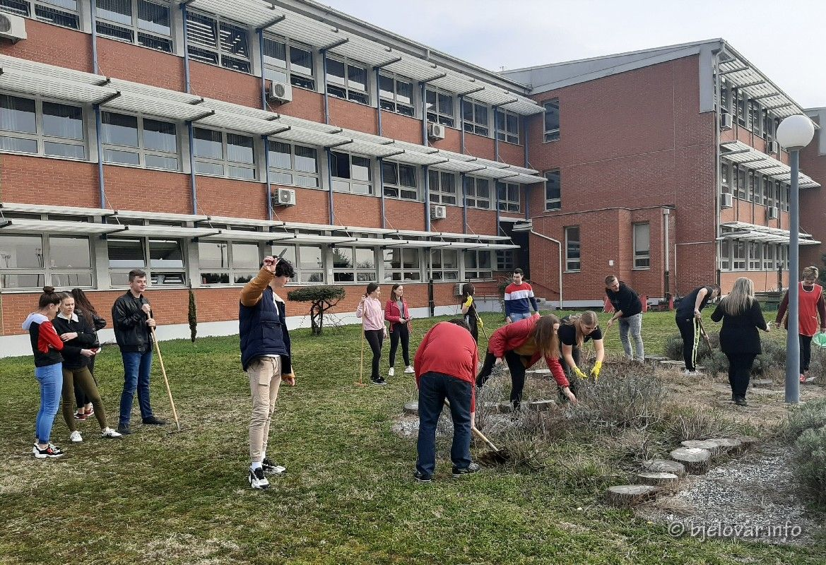 Učenici Medicinske škole Bjelovar uzgojili vrt s aromatičnim biljem - bjelovar.info