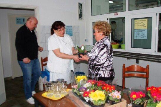 Dan žena obilježila udruga Srce Bilogore: Uručile cvijeće ženama Pučke kuhinje, udruge Osit i Sigurne kuće