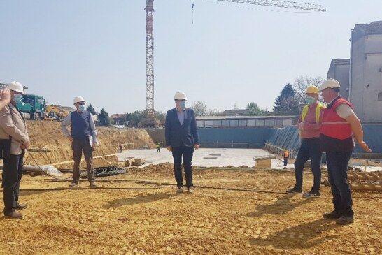 Radovi na izgradnji NOVE ZGRADE Opće bolnice Bjelovar teku prema planu – Župan Bajs obišao gradilište