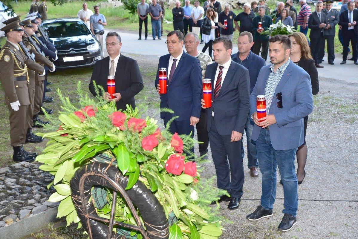 (FOTO) U šumi Lug odana počast žrtvama jugokomunističkog boljševizma s porukom: ŽRTVE SE NIKADA NE SMIJU ZABORAVITI