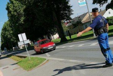 """Postaja prometne policije Bjelovar održala akciju """"Dan ljubaznosti u prometu"""" – Majica i olovka za savjesne vozače i pješake"""